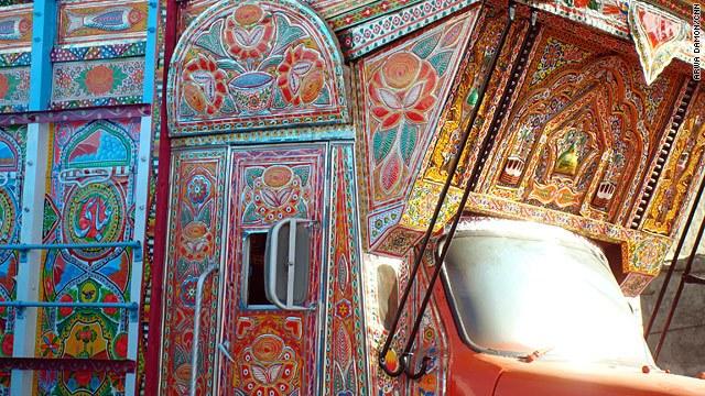 Un camion afghan explosant de couleurs